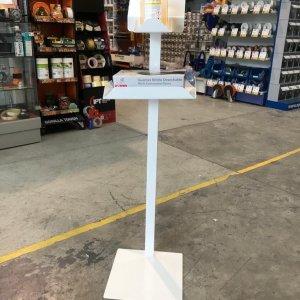 Columna blanca con estantes + caja guantes nitrilo T. M + gel hidroalcohólico 500 ml.